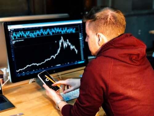 Cómo funciona la compra y venta de acciones en línea o E-trading